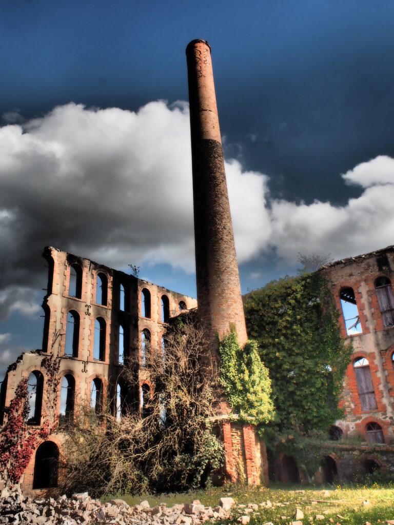 la tuilerie en cours de destruction